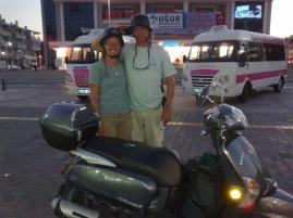 Sabine und Marco mit Helmen nach bewehrtem Vorbild