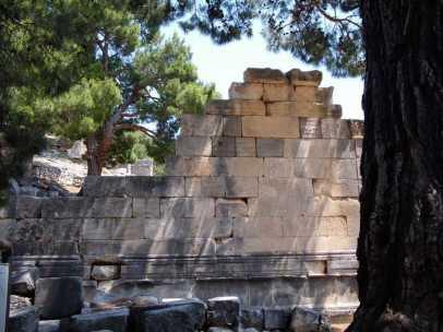 Arykanda, alte Mauern unter alten Bäumen