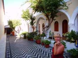 im Innenhof des Klosters