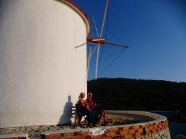 Margrit und Ulla vor der Mühle von Panormitis
