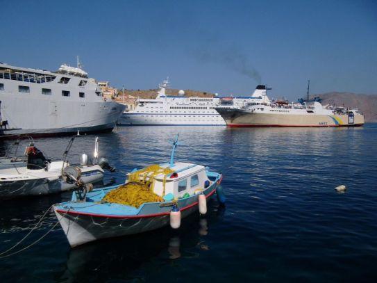 Gedränge der Grossschifffahrt in Symi