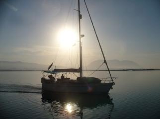 SY WINDSONG bei Sonnenaufgang