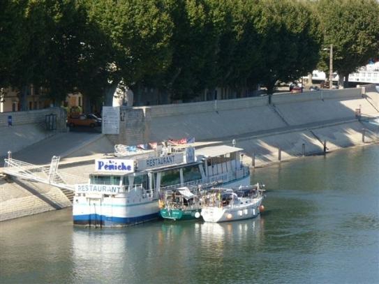 am Restaurantschiff in Arles