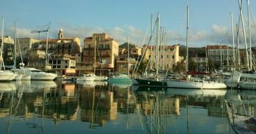Rover im Hafen von Propriano