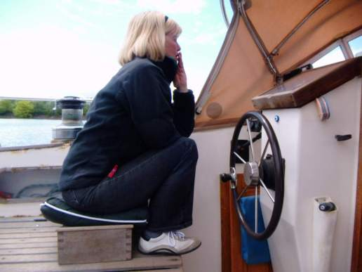 Margrit überwacht den Autipiloten