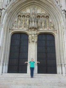 Hilde vor Kathedrale