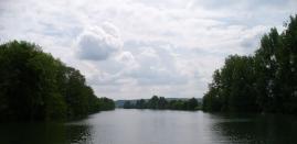 träge wälzt sich der Fluss