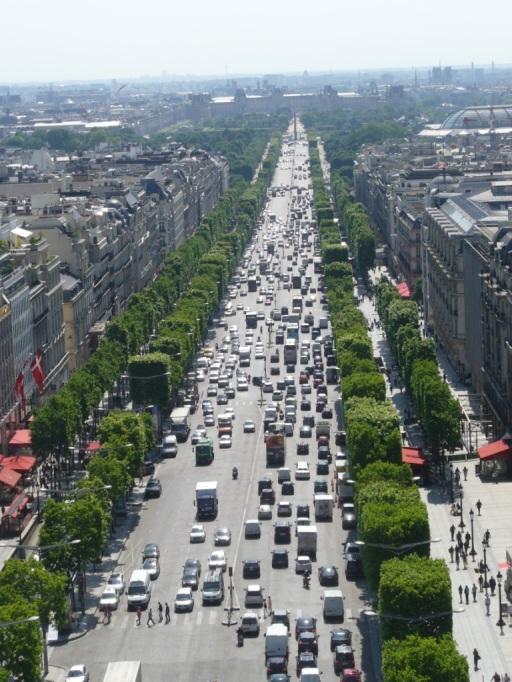 die Champs Elysees vom Arc de Triomphe aus