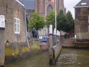 der Hafenmeister öffnet die Drehbrücke für uns