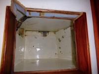 Ausräumen der Kühlbox und Entfernen der alten Kühlanlage